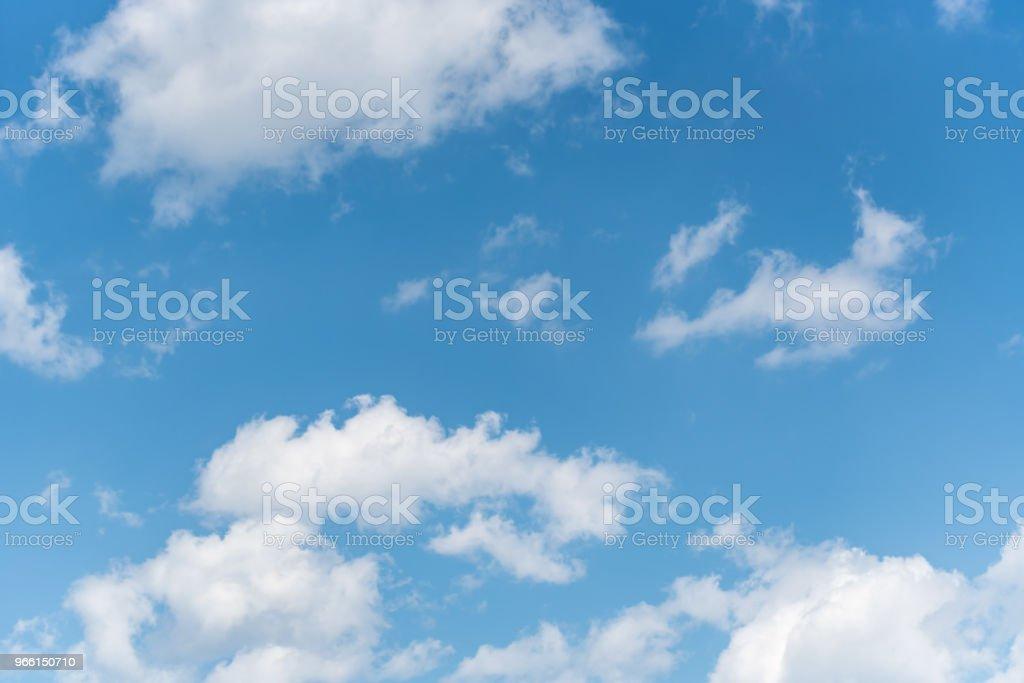 Blå himmel med vita moln bakgrund - Royaltyfri Atmosfär - Evenemang Bildbanksbilder