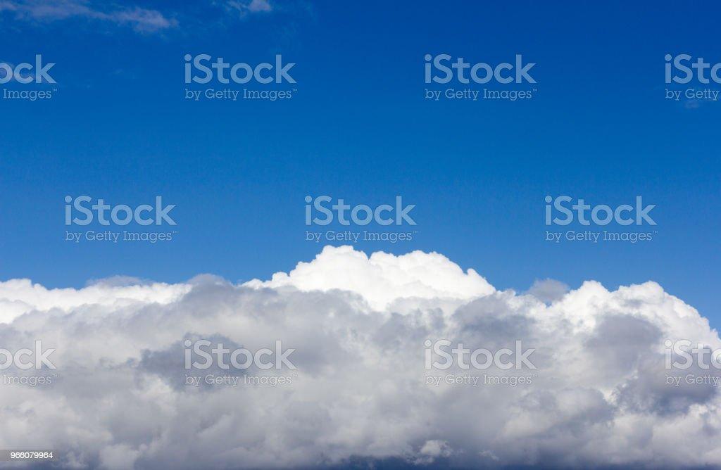 blå himmel med vita cumulusmoln - Royaltyfri Abstrakt Bildbanksbilder