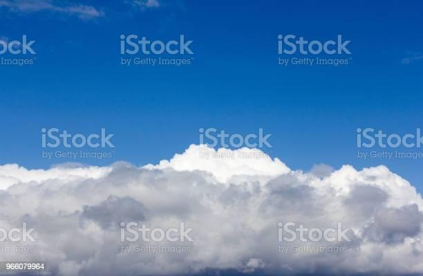 Blå Himmel Med Vita Cumulusmoln-foton och fler bilder på Abstrakt