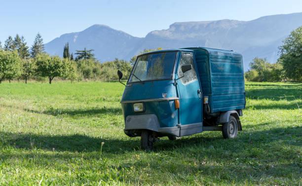 Blaues kleines Transportfahrzeug – Foto