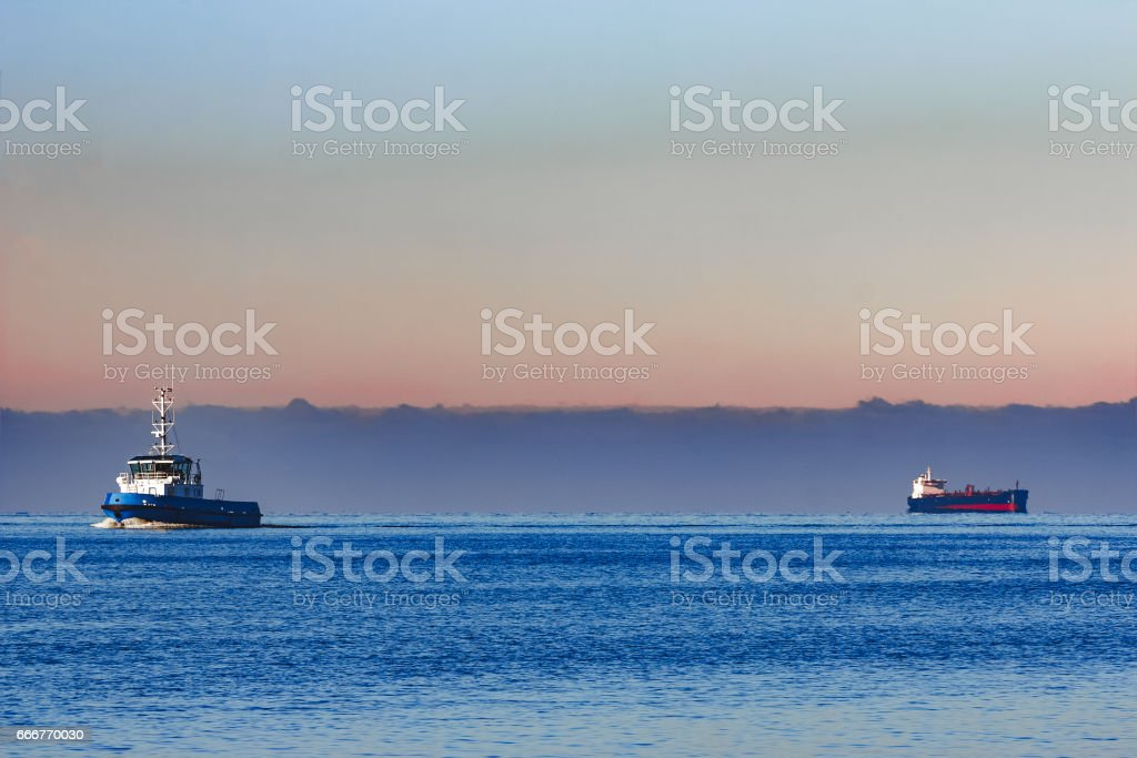 Blue small tug ship foto stock royalty-free