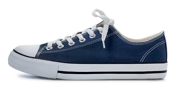 blue sneaker auf einem weißen hintergrund. - neue sneaker stock-fotos und bilder