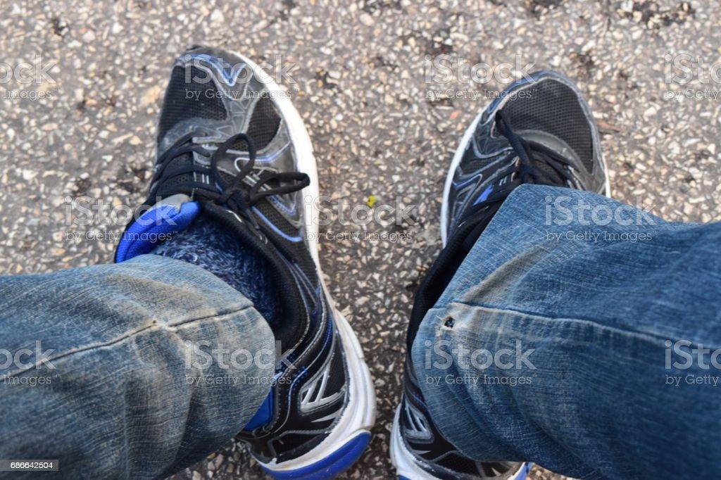 Blue sneakers and jeans. Стоковые фото Стоковая фотография