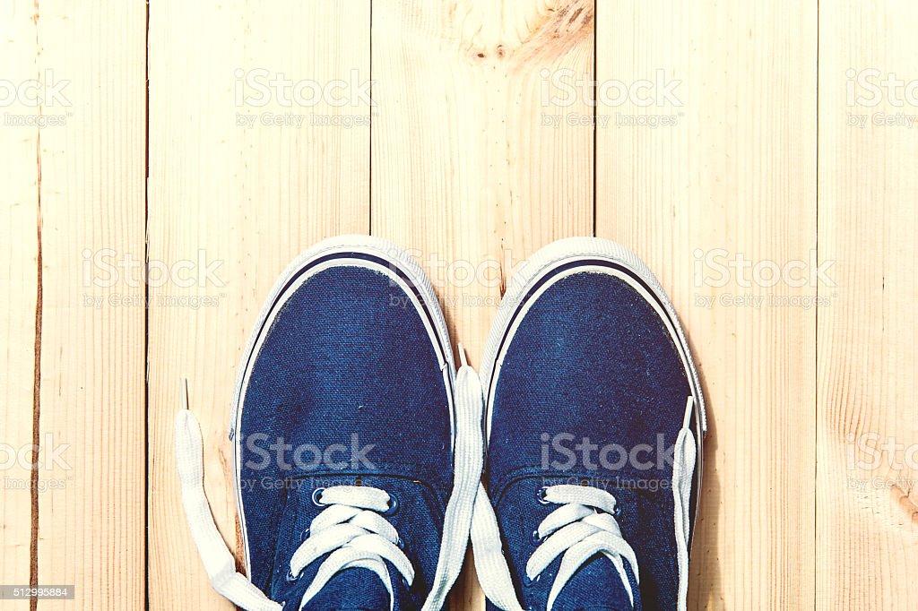 Tênis azul em madeira fundo com espaço para texto. Vista de cima - foto de acervo