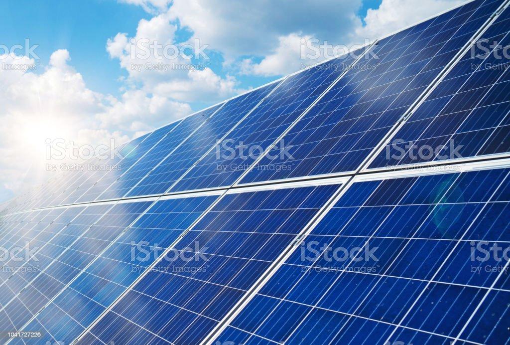 Blaue Sonnenkollektoren über blauen Himmel. Erneuerbare Energien. - Lizenzfrei Blau Stock-Foto