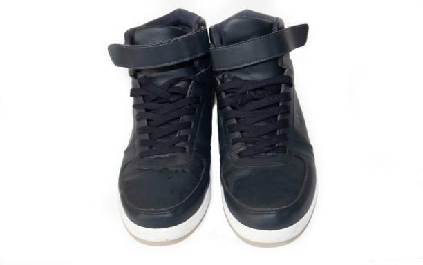 blaue sport-sneakers isoliert auf weißem hintergrund. sportschuhe, herrenschuhe. - nike sneaker weiß stock-fotos und bilder