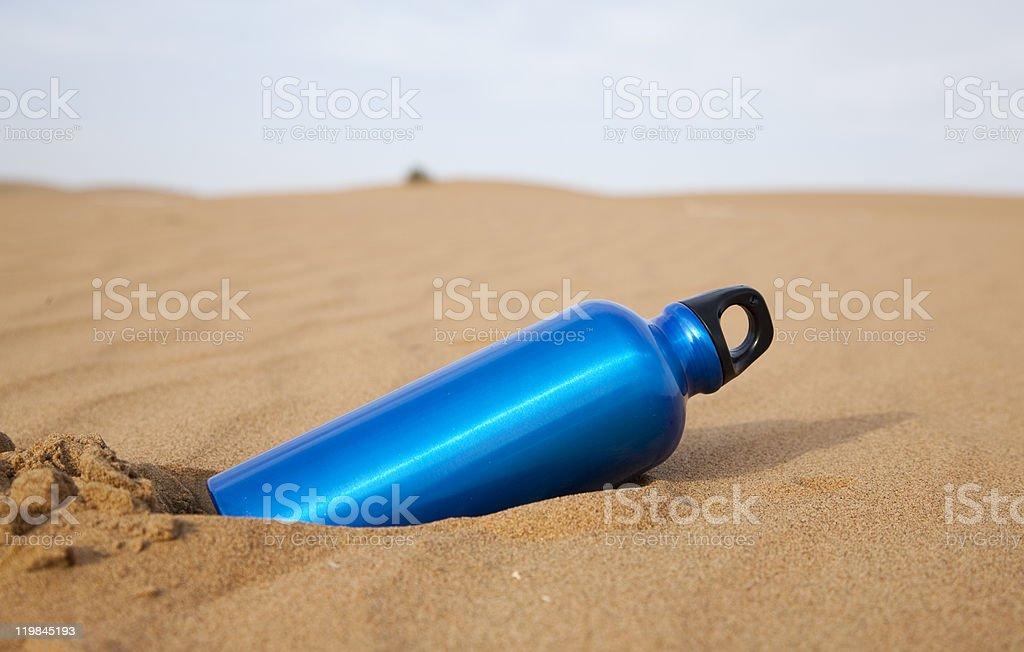 Blue sport-Wasserflasche in der Wüste - Lizenzfrei Anhöhe Stock-Foto