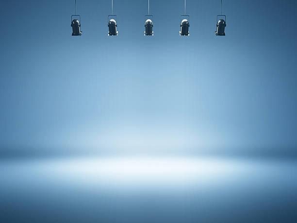 Holofotes Fundo azul com luminárias de estúdio - foto de acervo
