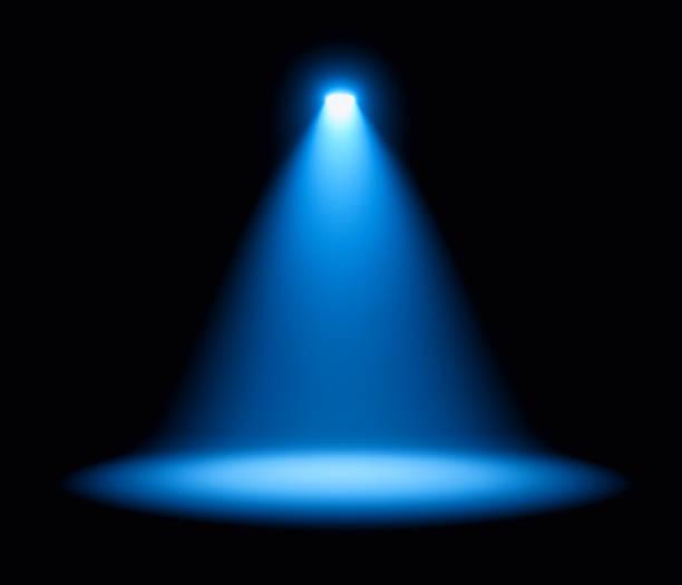 blauwe schijnwerper op podiumprestaties - spotlicht belichting stockfoto's en -beelden