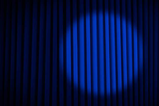 blaue scheinwerfer bühnenvorhänge - stage musical stock-fotos und bilder