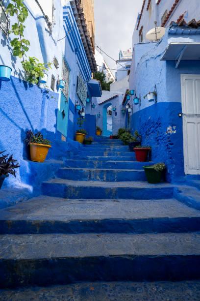 シャウエン、モロッコの街の青い階段 ストックフォト