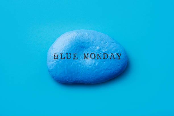 pietra blu con il testo blu lunedi - blue monday foto e immagini stock