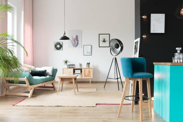blauen stuhl im küchenbereich - hellrosa zimmer stock-fotos und bilder