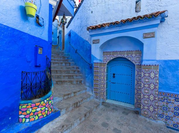 blaue straße innen medina von chefchaouen - ein topf wunder stock-fotos und bilder