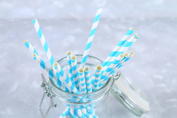 blue striped paper disposable tubes in a jar on a gray background. - biodegradabile foto e immagini stock