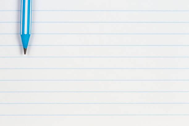 Blau gestreifter Bleistift auf Notizbuch gefüttert Papier Hintergrund mit Kopierraum. Zurück zur Schule, Bildung, Lernkonzept – Foto