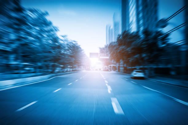 Blauer Stil dynamische verschwommene Stadtautobahn – Foto