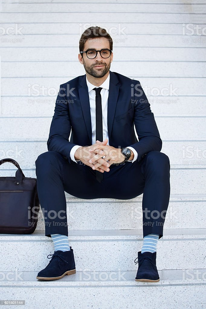 Blue suit businessman on steps, content photo libre de droits