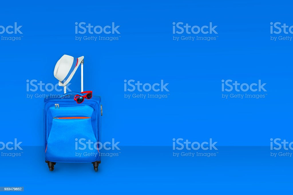 Maleta azul con un sombrero de verano y moda gafas de sol en fondo azul claro, unas vacaciones de verano viajes concepto, espacio libre con un lugar para la copia, render 3d foto de stock libre de derechos