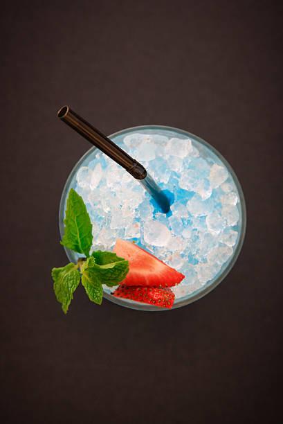 블루 여름 칵테일 - 얼음 조각 뉴스 사진 이미지