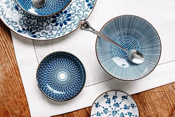 blue table ware plates and bowls overhead - skål porslin bildbanksfoton och bilder