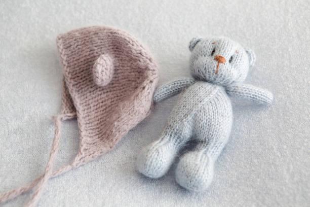 blauer teddybär gestrickte spielzeug - kindermütze häkeln stock-fotos und bilder