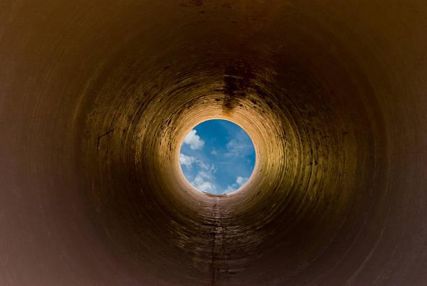 blue obwohl tunnel - tunnelkamin stock-fotos und bilder