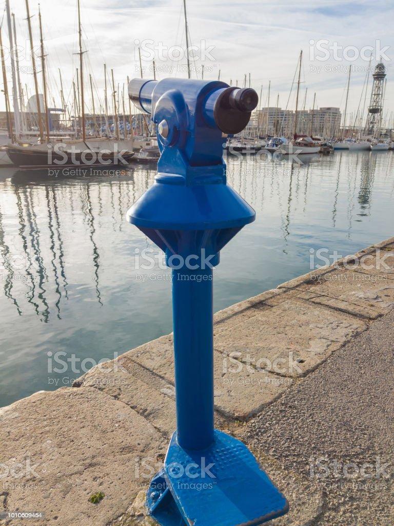 Monocular para passear no fundo do azul turismo iates em pé na marina da cidade à beira-mar - foto de acervo