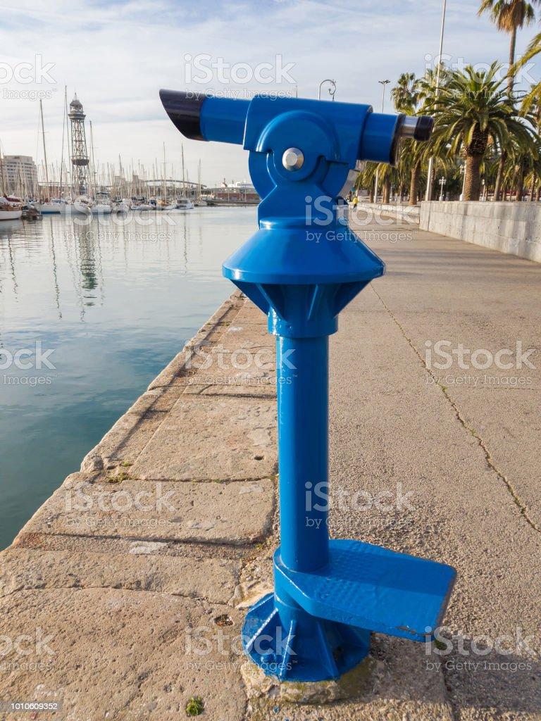 Azul turista monocular para passear na Avenida de Barcelona, Espanha - foto de acervo