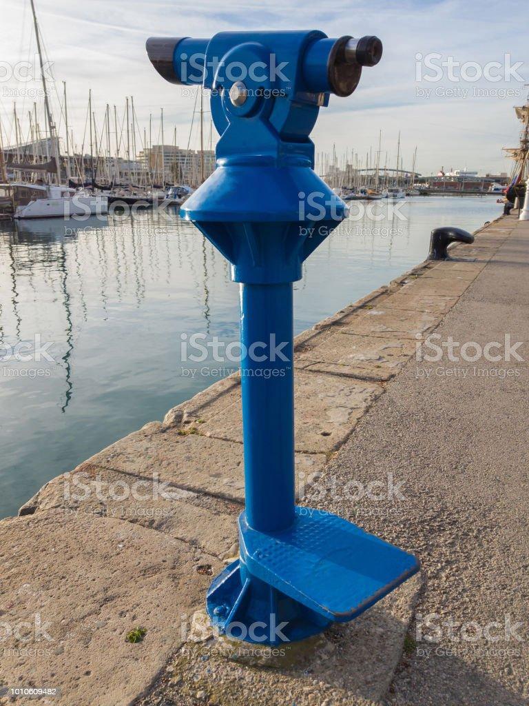 Monóculo para passear na avenida à beira-mar da cidade azul turismo - foto de acervo
