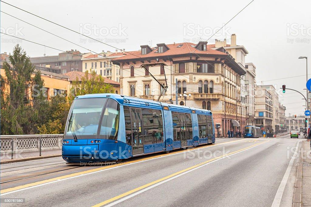Blu tram sulla strada di Padova - foto stock