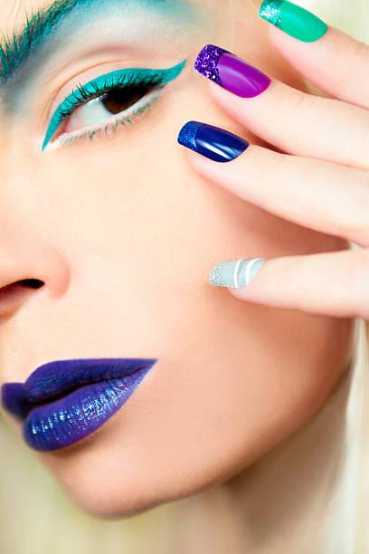 blau türkis make-up und maniküre. - nageldesign trend stock-fotos und bilder