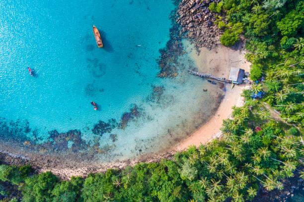 그린 트리 여름 휴가 배경으로 블루 터키석 물 바다 섬 - 몰타 뉴스 사진 이미지