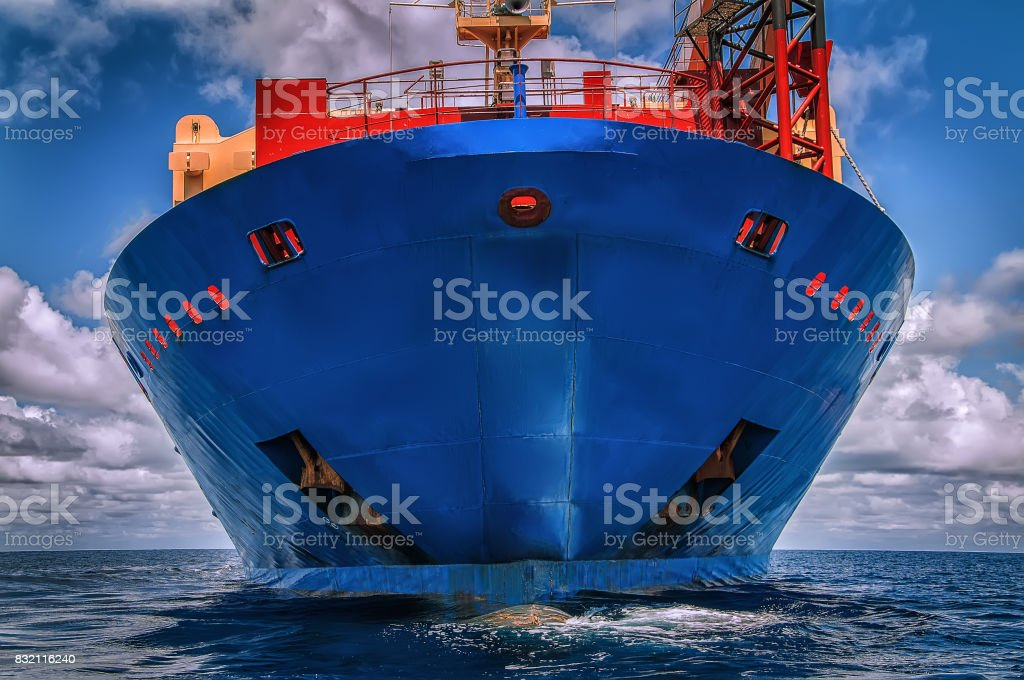 Vaso azul en el océano - foto de stock