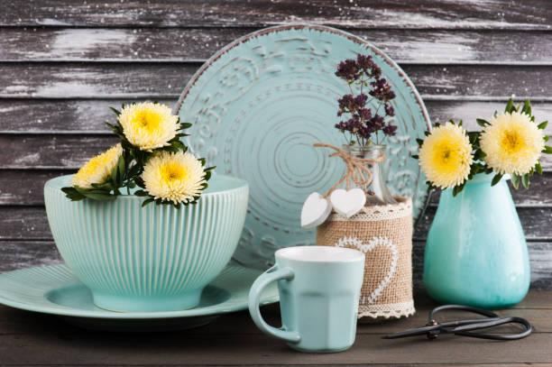 blaues vintage porzellan-becher, teller - hofladen stock-fotos und bilder