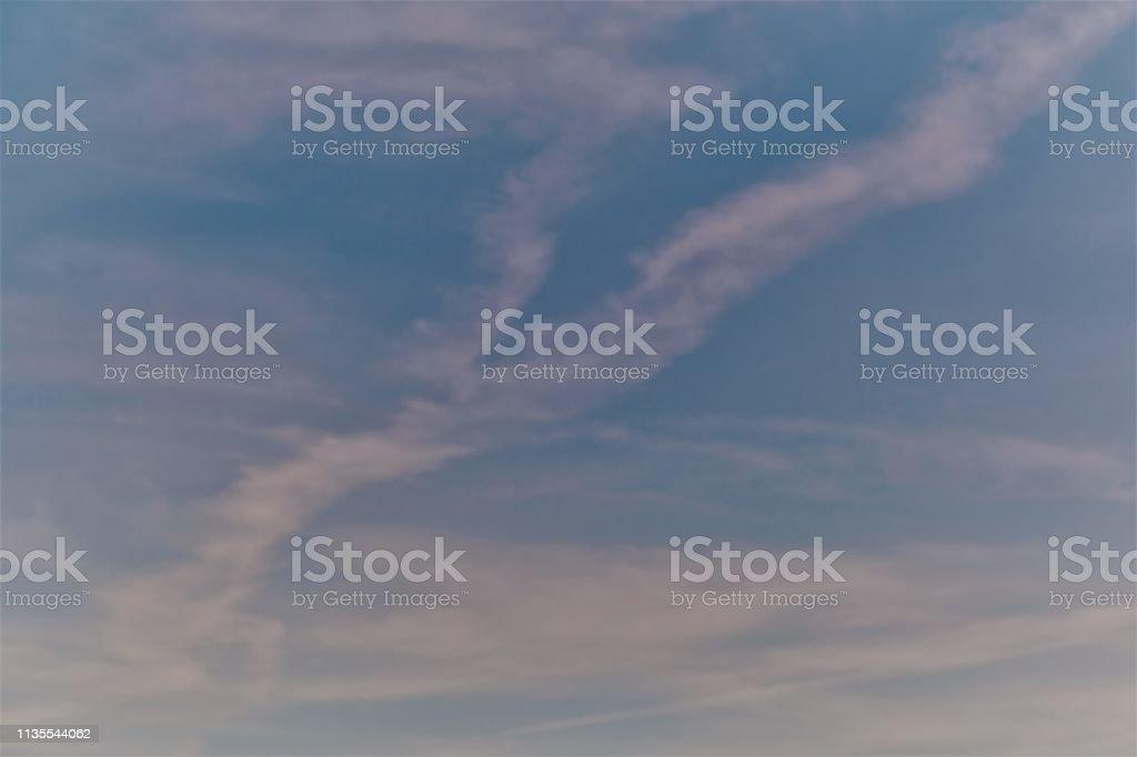Blau Violetter Himmel mit schweifenden Wolken und Vignette als Akzent – Foto