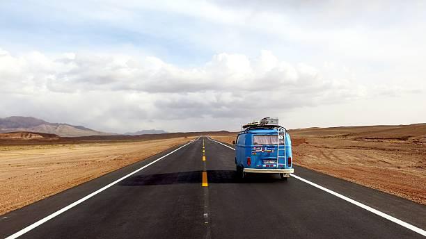 azul vw bus condução em estrada novo no altiplano, bolívia - viagens anos 70 imagens e fotografias de stock