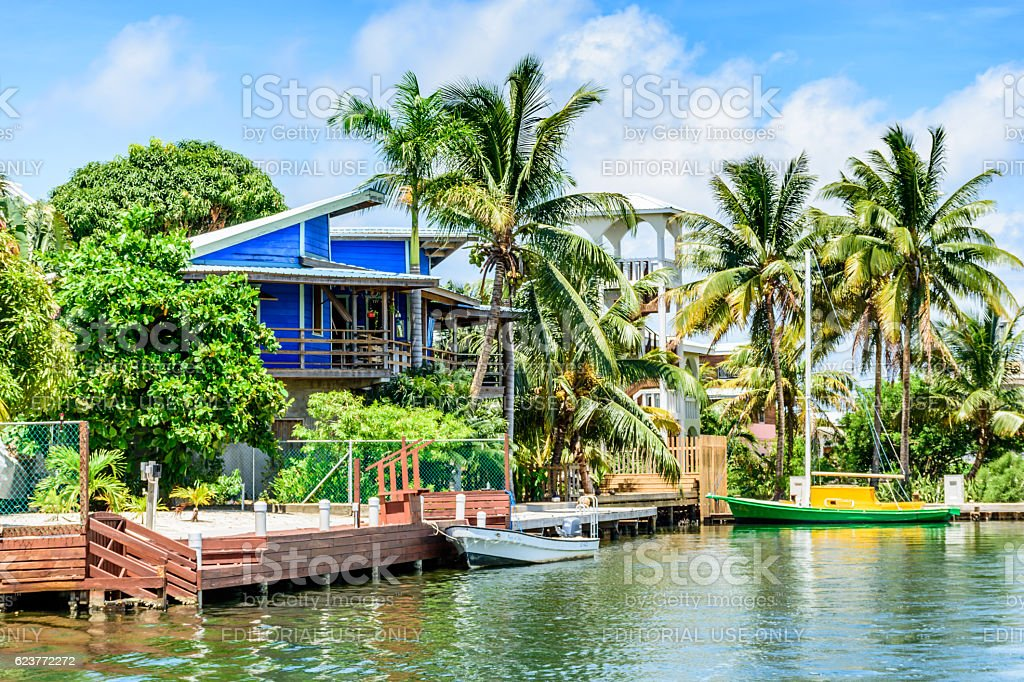 Blue waterside house & boats, Placencia, Belize, - foto de stock
