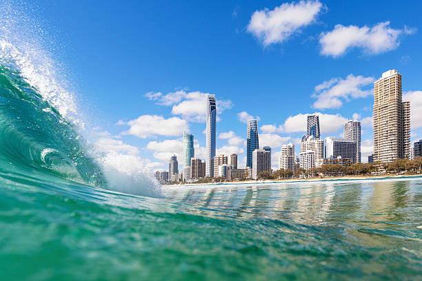 Azul olas ondulantes en la playa de Surfers Paradise - foto de stock
