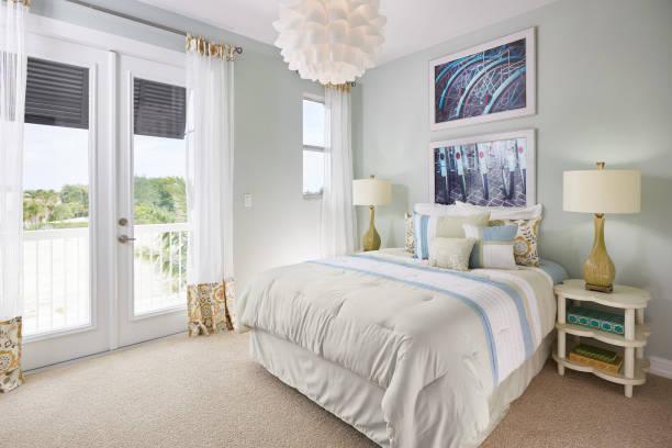 ein blau, weiß und cremefarben, schlafzimmer mit einem fahrrad-thema in ein musterhaus - schlafzimmer stock-fotos und bilder