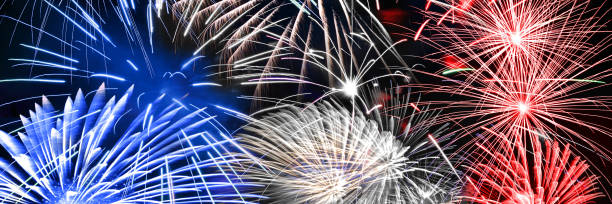Blau-Weiß und rotes Feuerwerk Panorama Hintergrund – Foto