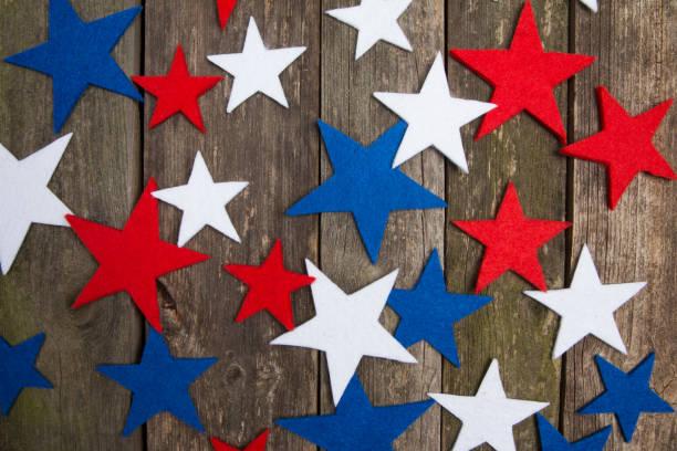 mavi, beyaz ve kırmızı yıldız. ahşap arka plan. amerikan başkanları gün. - columbus day stok fotoğraflar ve resimler