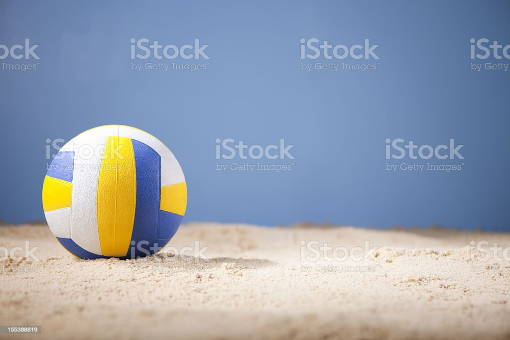 Blue white and yellow volleyball on beach with copy space​​​ foto