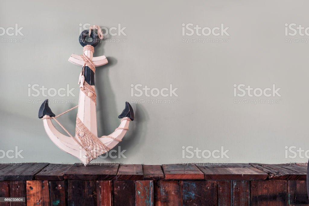 Ancre en bois bleu orné de corde - Photo