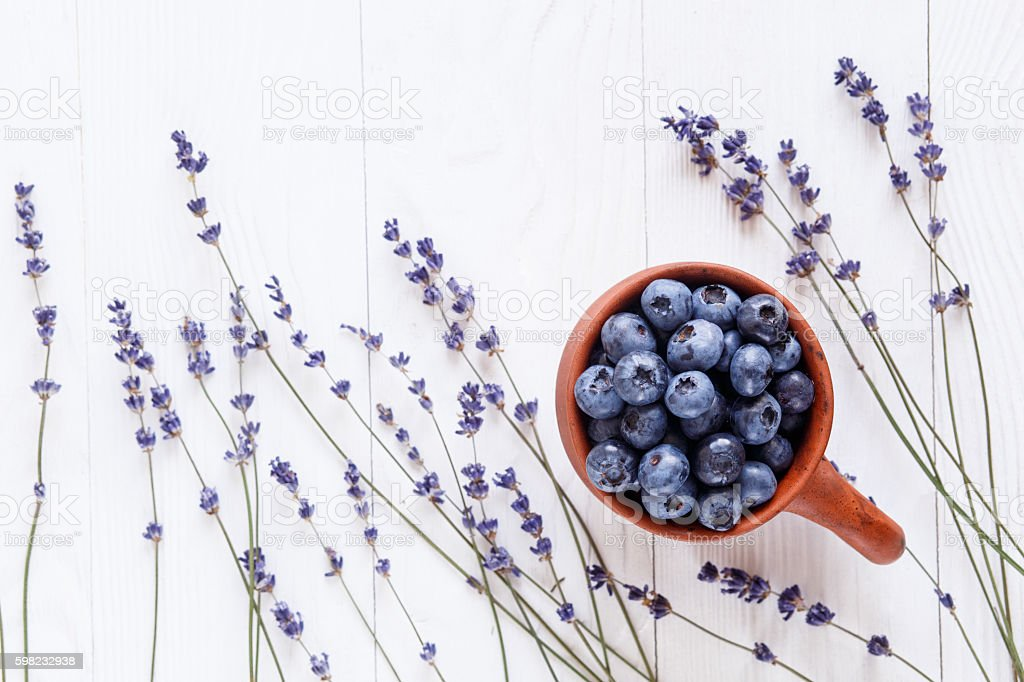blueberries in a clay bowl with lavender top view foto royalty-free