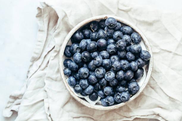 blåbärs skål på vit bakgrund med kopierings utrymme i rustik stil - blåbär bildbanksfoton och bilder