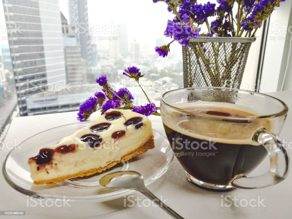 Tarta de queso de arándanos pastel y café negro. por la mañana y postre - foto de stock