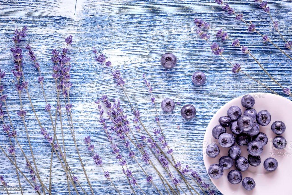 conception de bleuet avec plaque et maquette vue de dessus fond rustique bleu lavande photo libre de droits