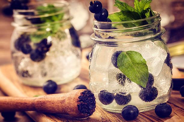 blaubeer-mojito wie frische sommer-drinks - cocktails mit wodka stock-fotos und bilder
