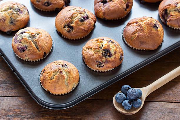 blaubeer-muffins - obst kalorien stock-fotos und bilder
